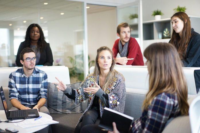 Gruppe junger Menschen im Büro